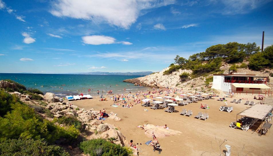 Un turista de 80 anys mor ofegat a Cala Font, una platja de Salou sense vigilants