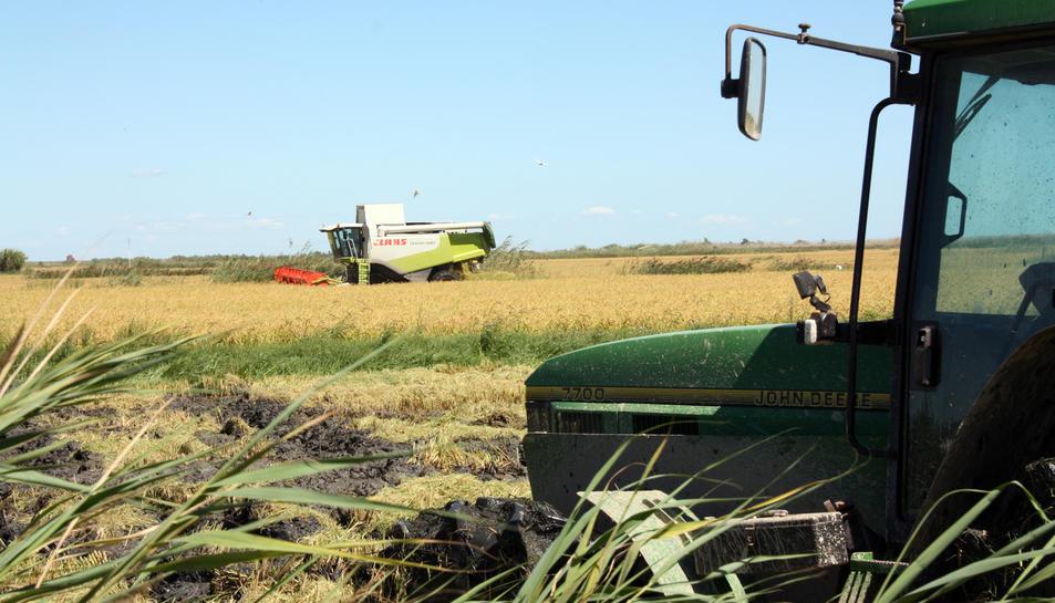 Els tractors i les maquines agrícoles circulen per les carreteres secundàries, principalment.