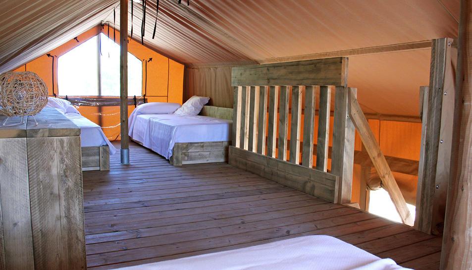 Interior d'una de les noves tendes safari de vuit places que té dues plantes.