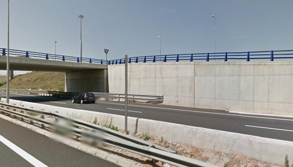 Dos quilòmetres de retencions a l'A7 a les Gavarres per un accident entre un camió i dos turismes