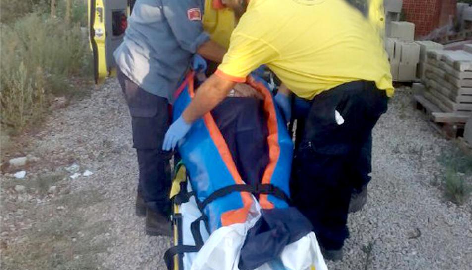 Els bombers van rescatar la dona amb una llitera.