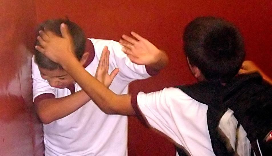 L'assetjament escolar  també pot produir-se amb agressions físiques.