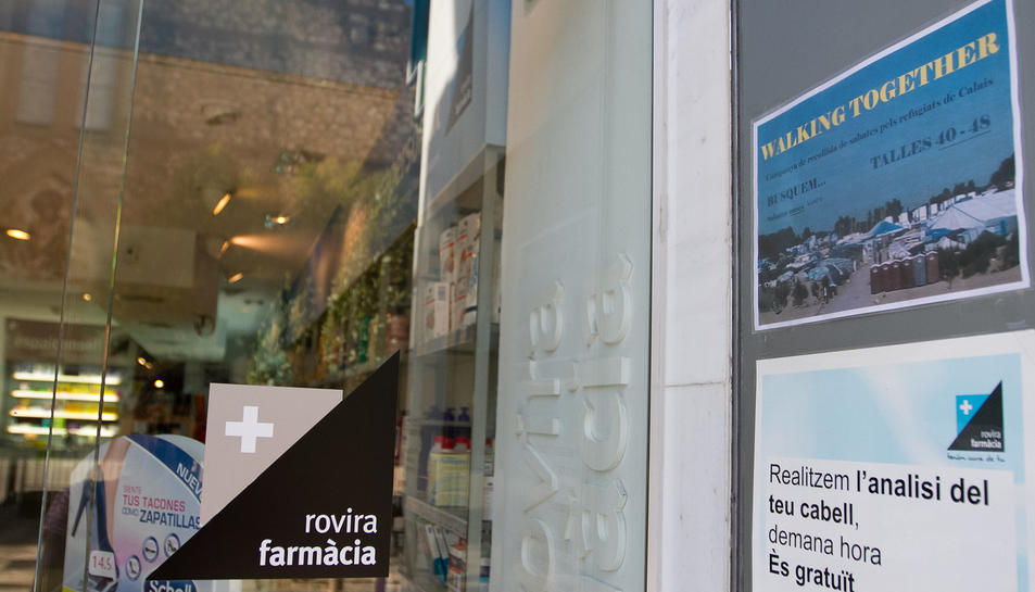 Cartell informant de la iniciativa a la Farmàcia Rovira.