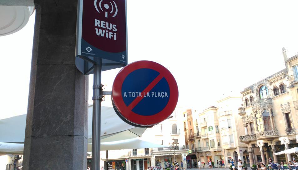Un dels punts wifi instal·lats a la plaça del Mercadal.
