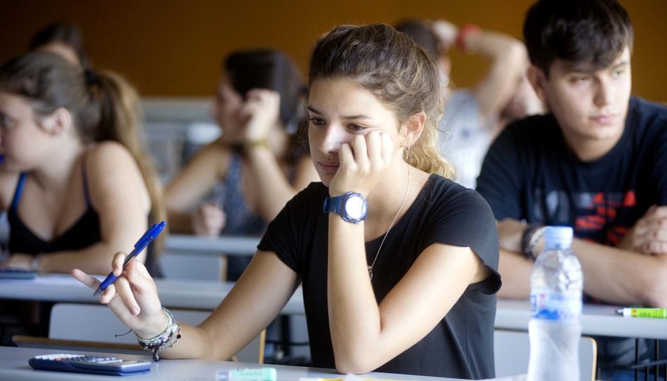 Una jove instants abans d'iniciar ahir, l'examen de la una del migdia.