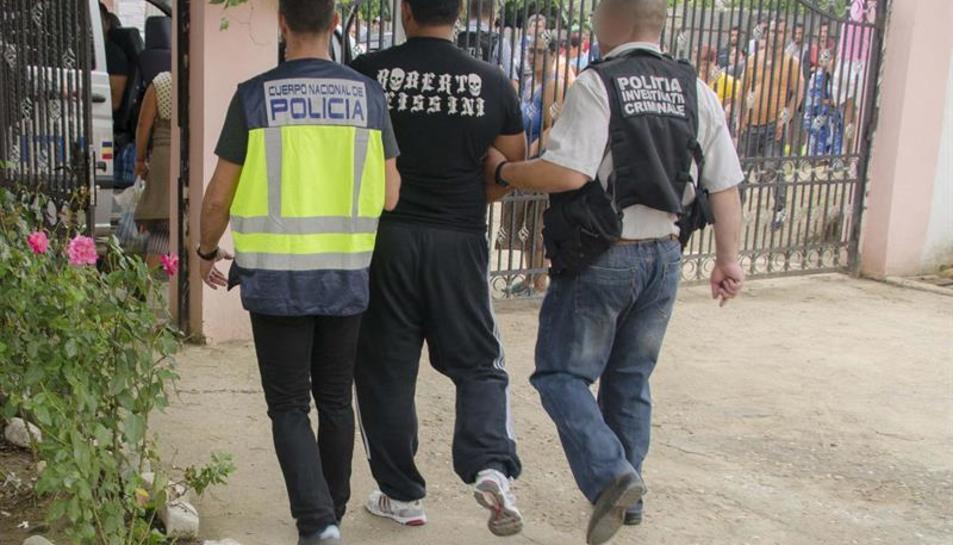 Imatge d'una de les detencions realitzades dins l'operació per alliberar deu dones obligades a prostituir-se.