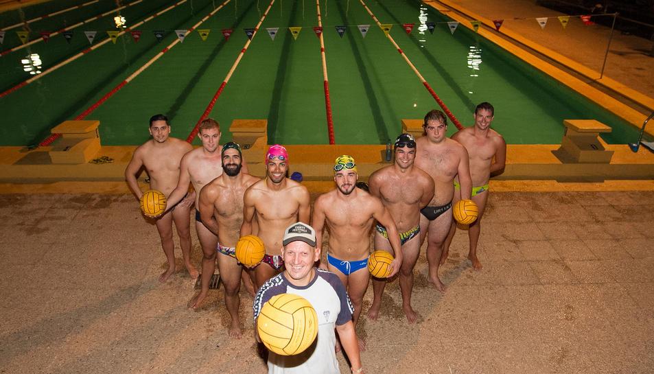 El nou equip de waterpolo del CN Reus Ploms, en un entrenament, dimecres a la nit a la piscina.