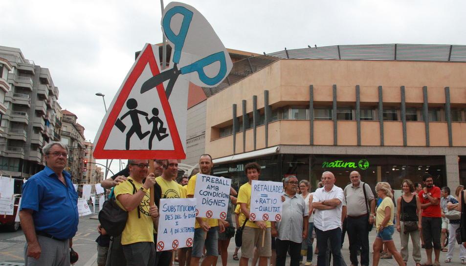 Els assistents a la protesta a la plaça Barcelona de Tortosa amb pancartes i samarretes grogues, aquest 7 de setembre de 2016