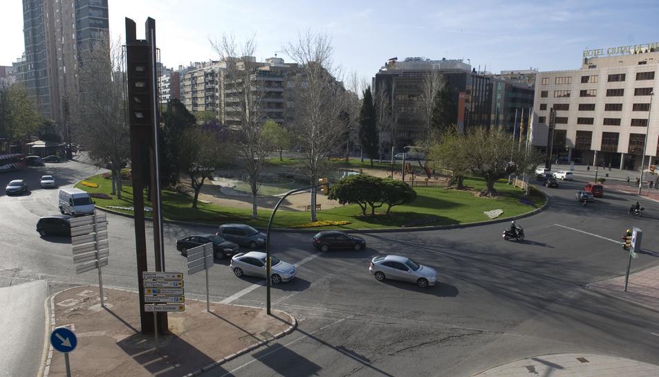El detingut va ser vist conduint una mocicleta amb dos ocupants i sense llum de posició a la plaça Imperial Tarraco