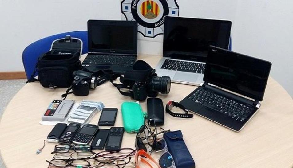 Els objectes perduts que es troben a l'oficina de la Policia Local d'Altafulla
