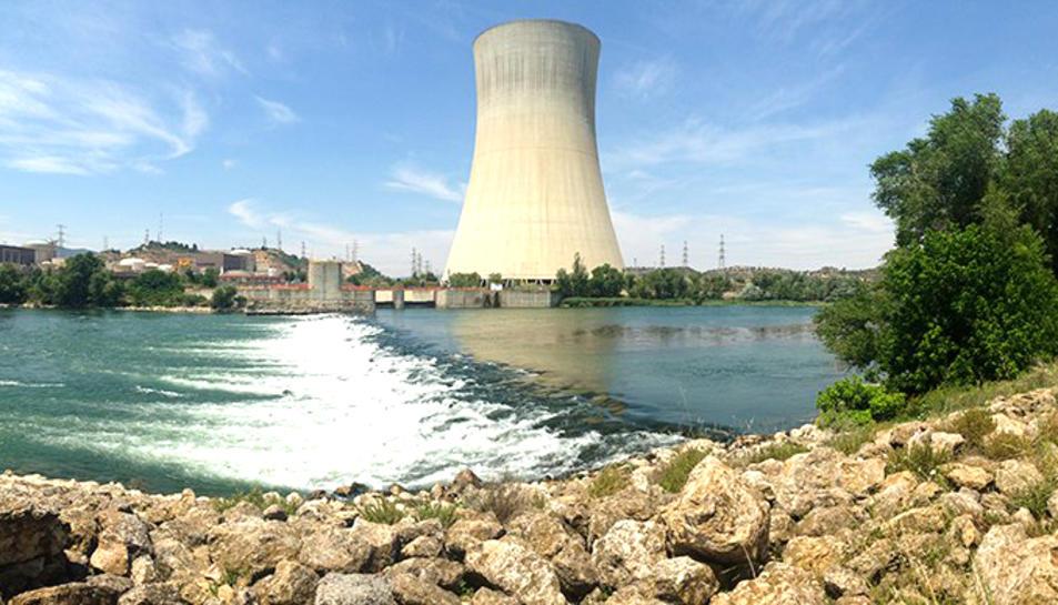 Imatge de l'assut d'Ascó amb la central nuclear al fons.
