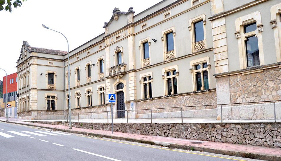 Imatge de la façana de l'escola Antoni Vilanova de Falset.