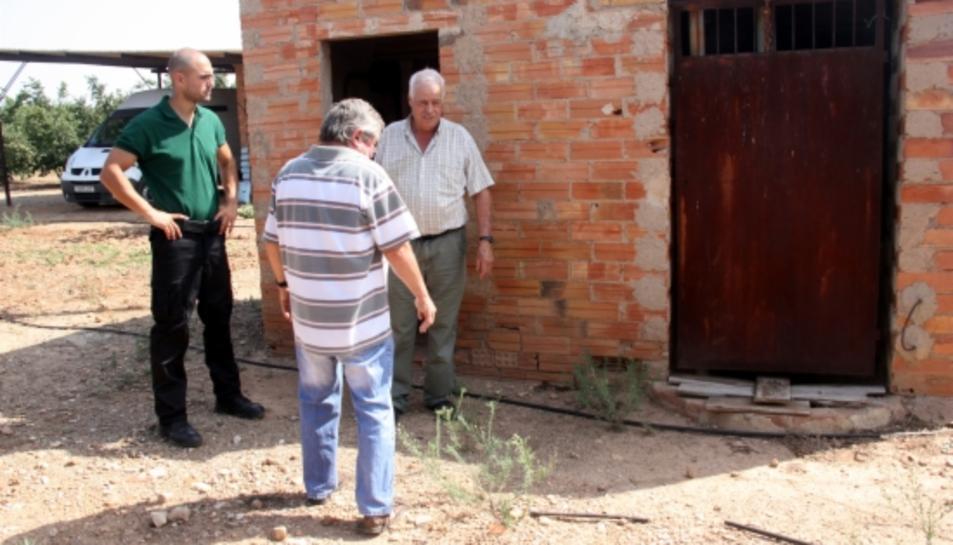 Imatge d'arxiu d'un vigilant rural d'Alcover amb dos pagesos en una finca on es va produir un robatori el juliol de 2015