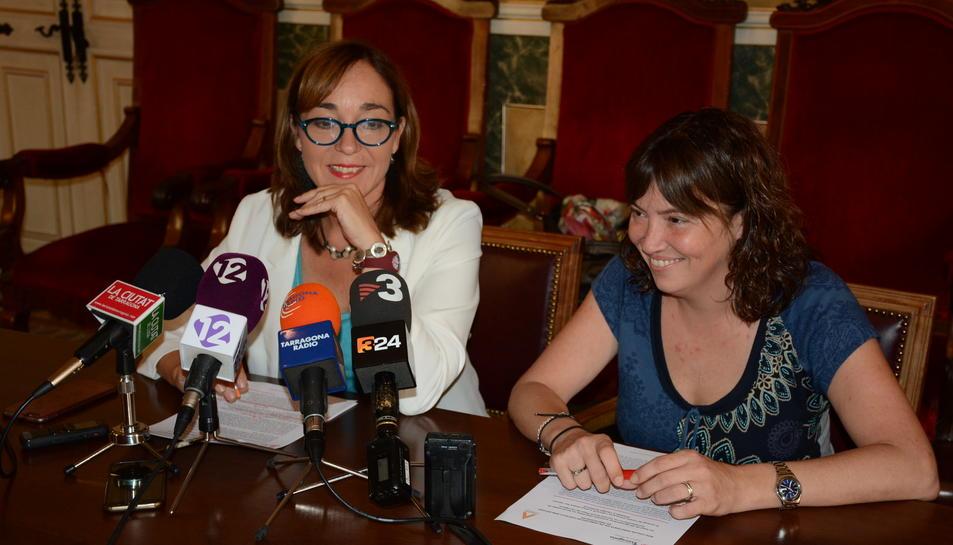 La consellera de Festes, Begoña Floria i la directora castellera del Concurs, Ester Roca.