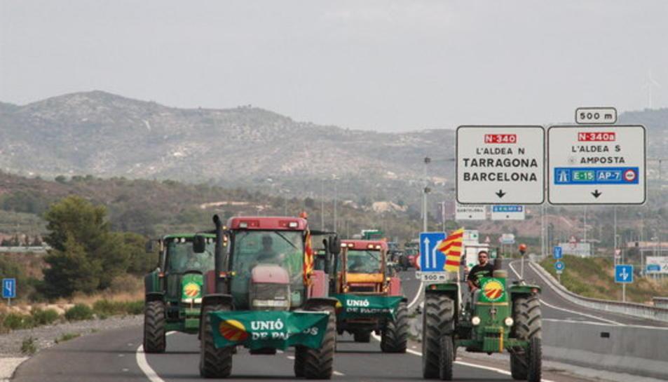Més d'un centenar de tractors col·lapsen l'N-340 per reclamar 1,6 MEUR pels pagesos de l'Ebre