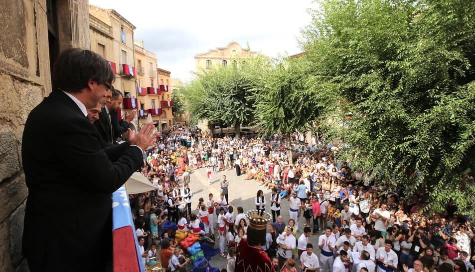 El president de la Generalitat saludant des del balcó de l'Ajuntament de Montblanc.