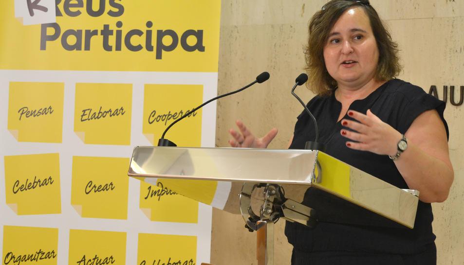 Montserrat Flores, regidora de Participació, Ciutadania i Transparència, durant la presentació del procés de redacció del reglament.
