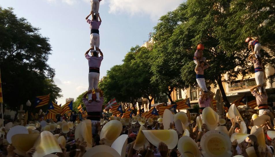 Una seixantena de colles castelleres representen simbòlicament els pilars de la república catalana