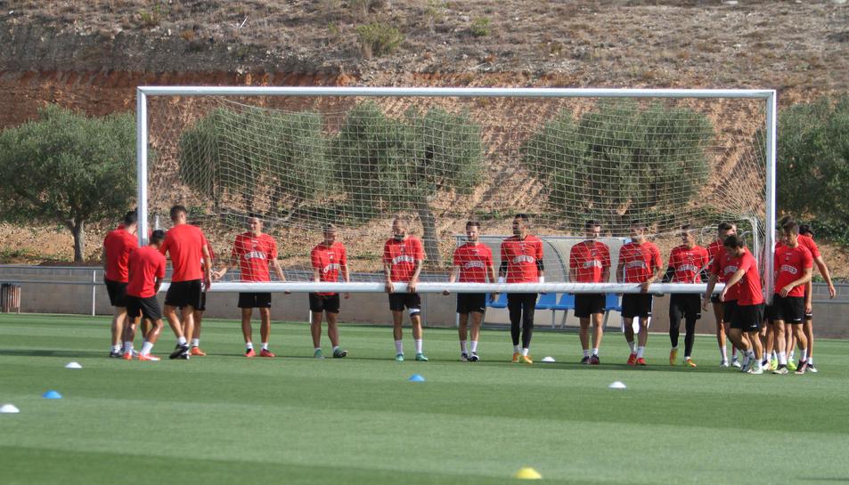 La plantilla del CF Reus, durant un dels entrenaments al complex Esportiu Futbol Salou.