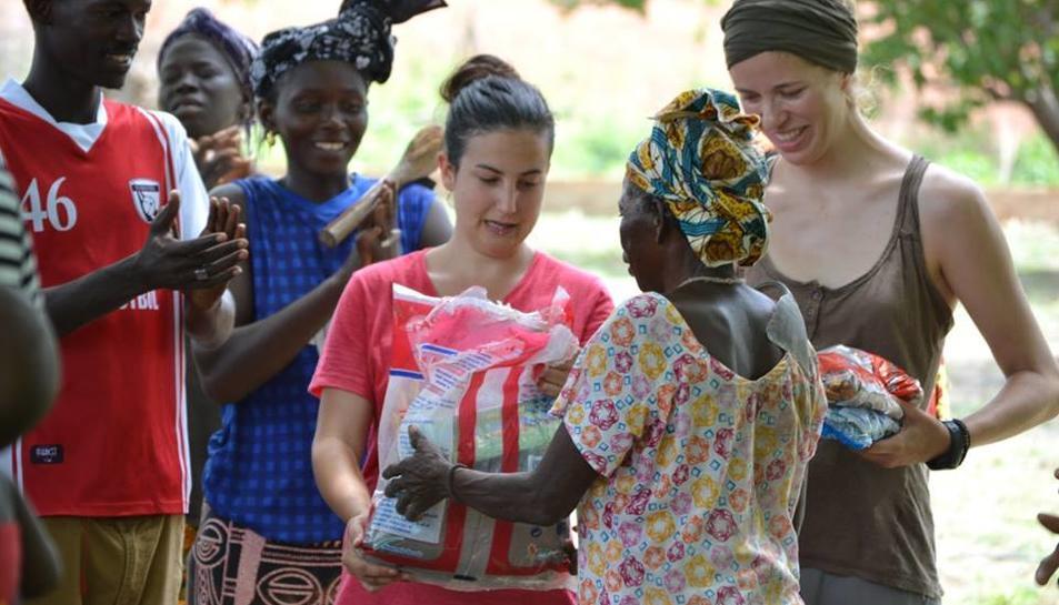 Dues de les participants del projecte durant la seva estada al Senegal.