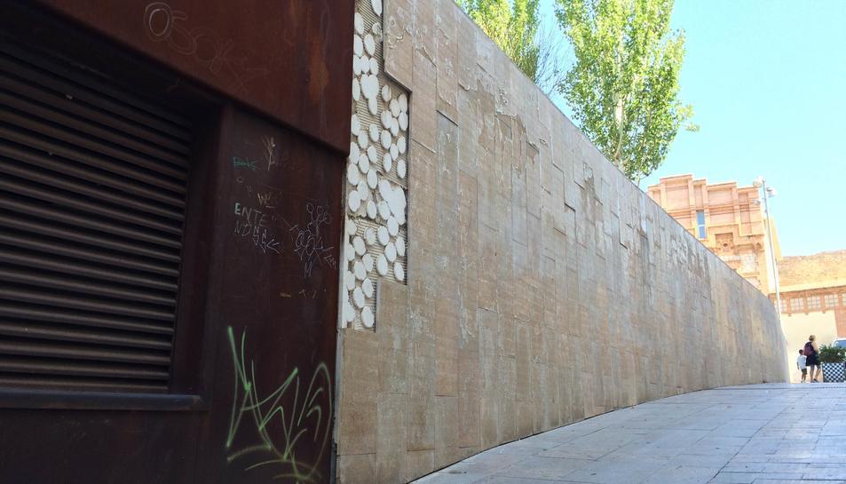 Estat en què es trobava la façana situada al carrer del Llorer, diumenge al matí.