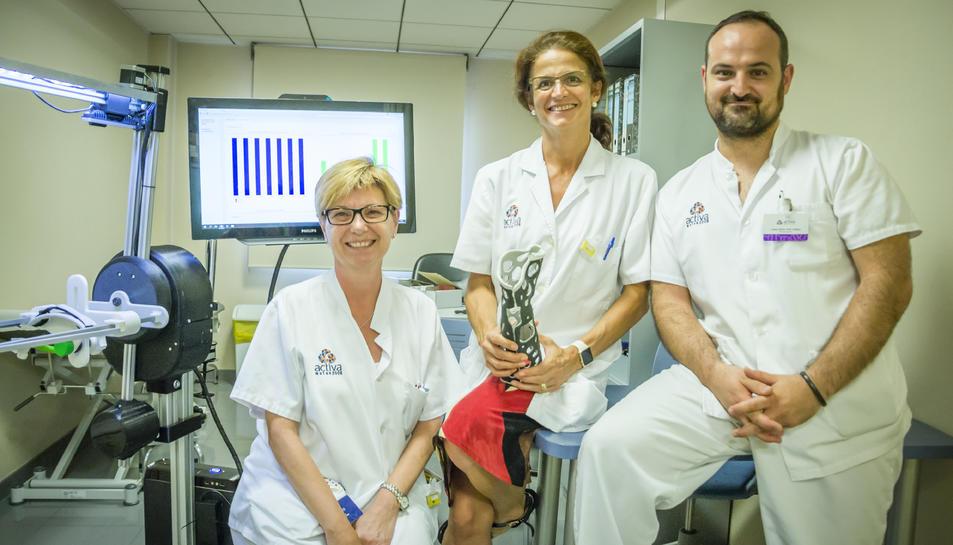 La Doctora Esplugas junt al fisioterapeuta,Josep Maria Solé y la DUE Esperanza Uriz.