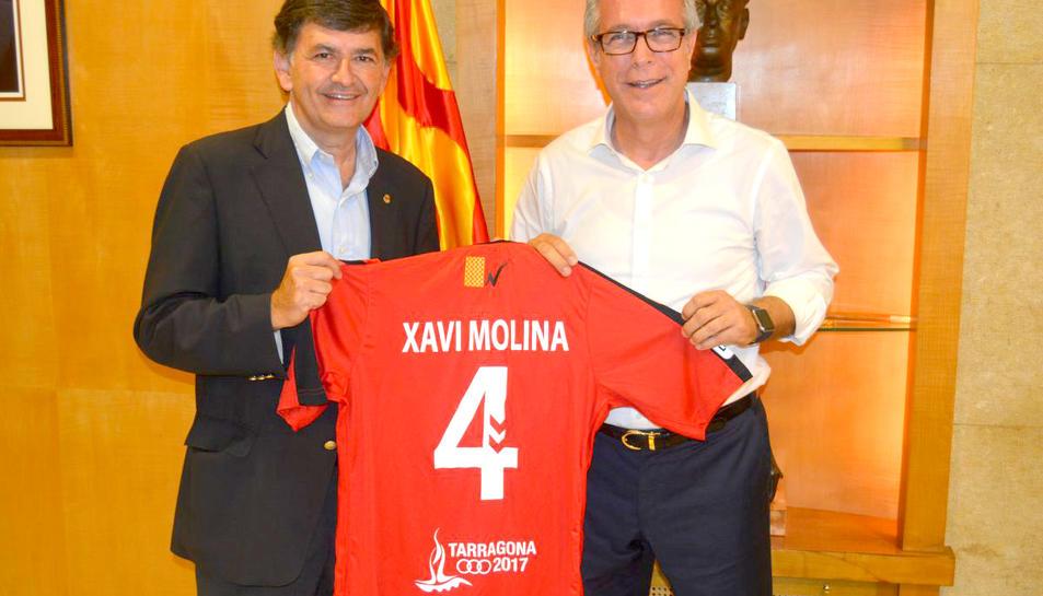 Presentació de la nova imatge de la samarreta grana amb el logo dels Jocs Mediterranis.
