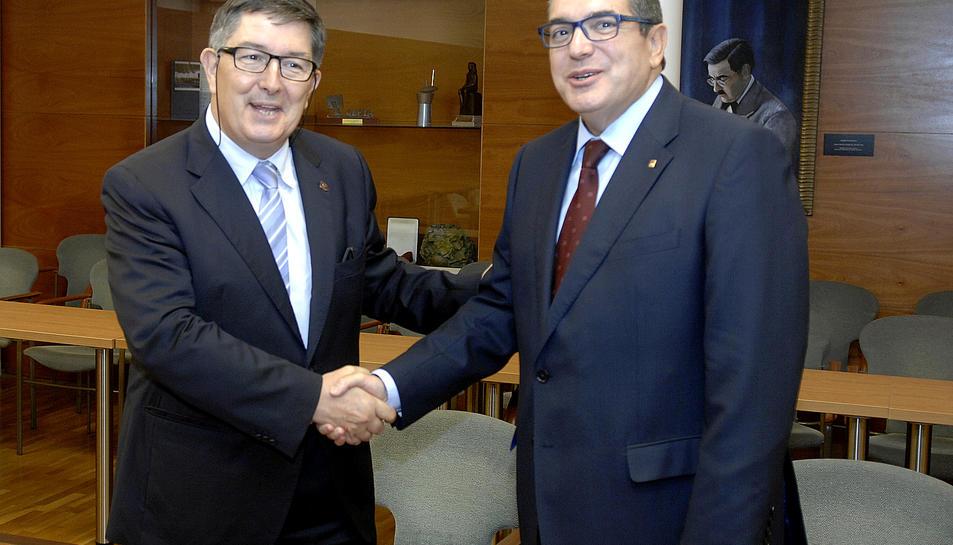 El conseller d'Interior dóna el seu fons bibliogràfic sobre Dret a la URV