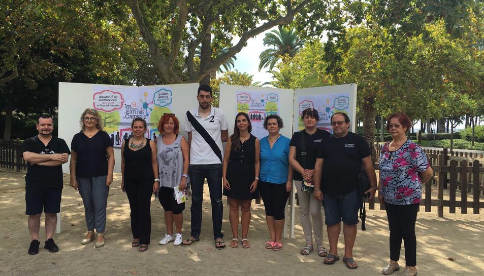 La regidorsa, Anna López, amb representants de diverses entitats participants a la Mostra cambrilenca.