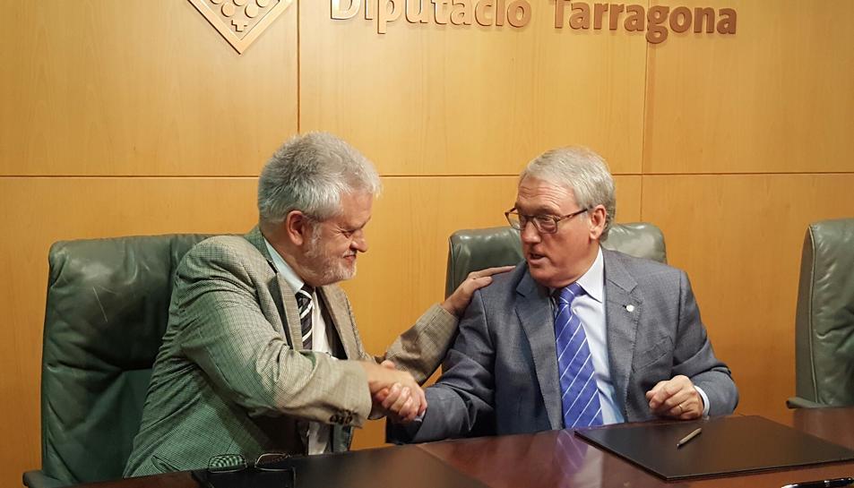 L'alcalde del Vendrell, Martí Carnicer, sellant el conveni amb el president de la Diputació, Josep Poblet.
