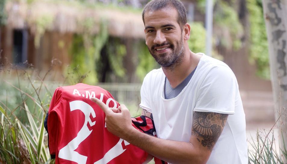 Fa tot just un mes que el jugador ha tornat a ser pare i a la samarreta llueix amb orgull les inicials dels fills, Alberto i Martín.