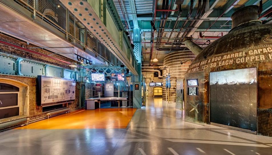 Una imatge de l'interior del Guinnes Storehouse de Dublín.