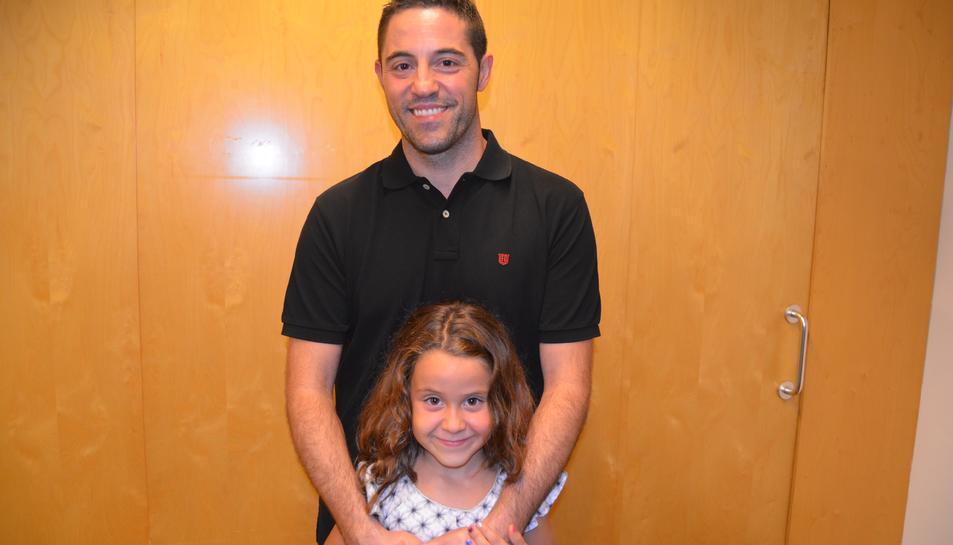 Lapeña amb la seva filla gran, Marta, durant l'homenatge del poble de Vila-seca als esportistes olímpics.