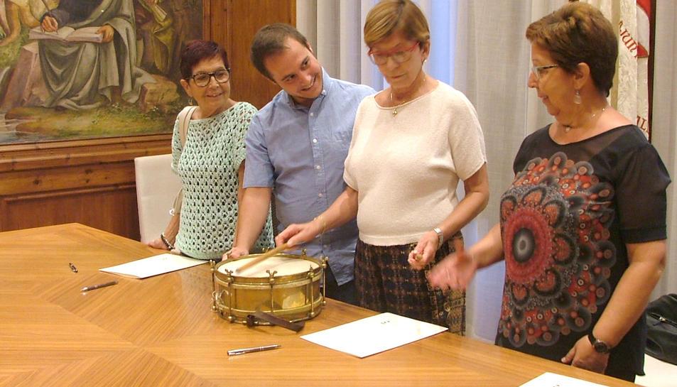 Les filles de Josep Vernet després d ela signatura de la cessió amb el regidor de Cultura.