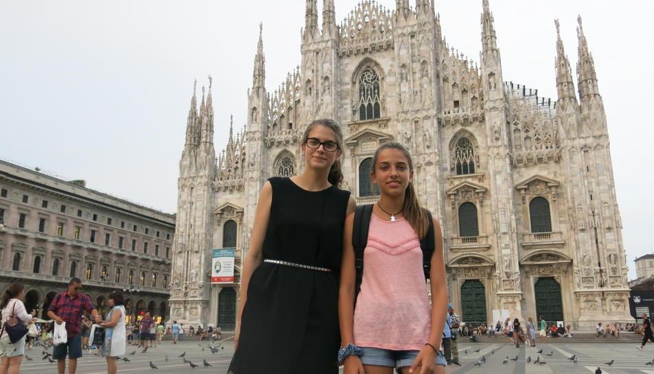 La Paula Torrell i la seva germana davant el Duomo, un dels símbols de Milà.