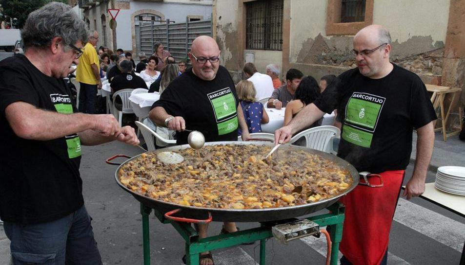Els propietaris del Cortijo preparant la tardicional Espineta amb Cargolins en una ediicó anterior de les Festes.