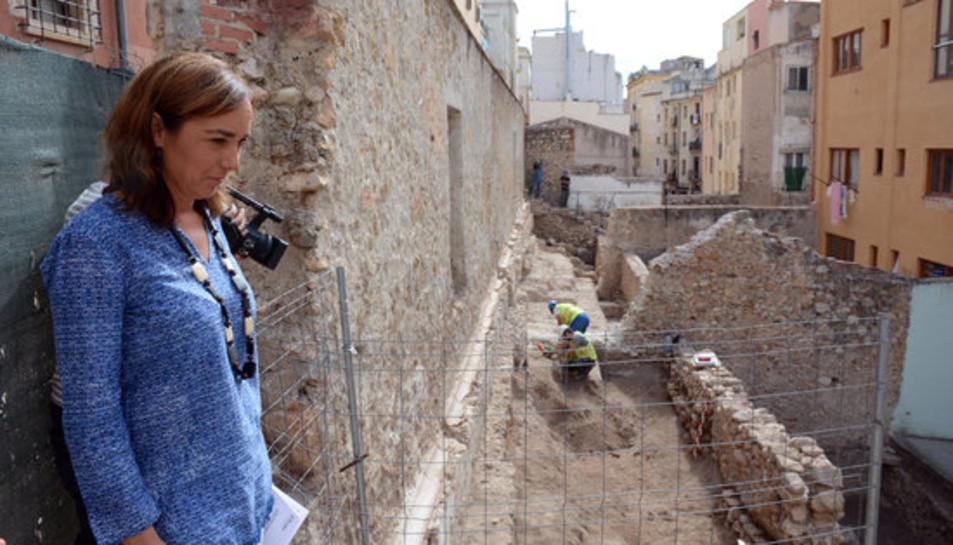 La consellera Bego Floria mirant els treballs