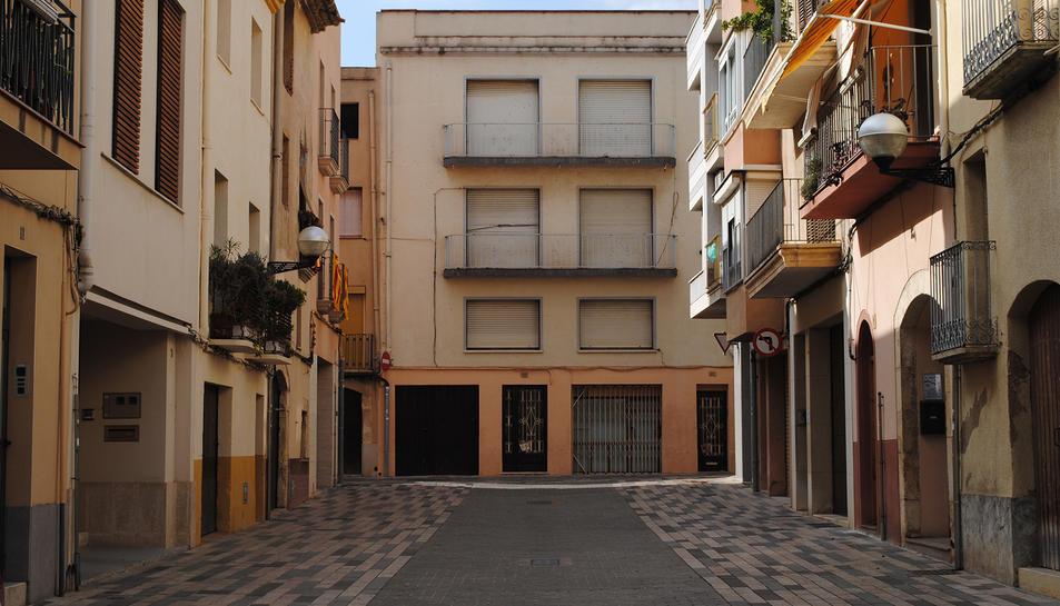 Vista de l'edifici des del carrer de les Creus.