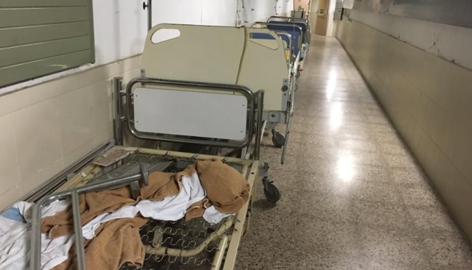 En alguns passadissos hi ha llits vells al mig del pas.