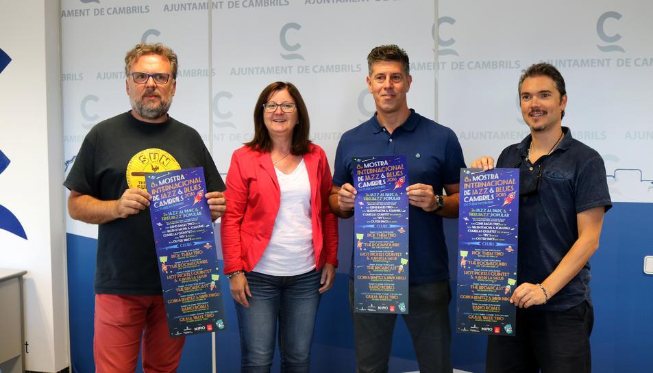 L'alcaldessa de Cambrils, Camí Mendoza, el regidor de cultura i festes, Lluís Abella, i els impulsors de l'entitat Cambrils la Mar de Jazz, Isaac Albesa i Dani Morell en la presentació de l'acte.