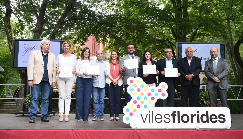 Els representants dels municipis premiats amb la Flor d'Honor junt a la consellera