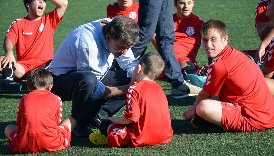 El president grana conversant amb els jugadors del Nàstic Genuine.