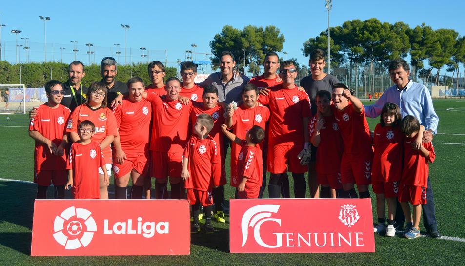 L'equip del Nàstic Genuine amb el president i l'entrenador grana.