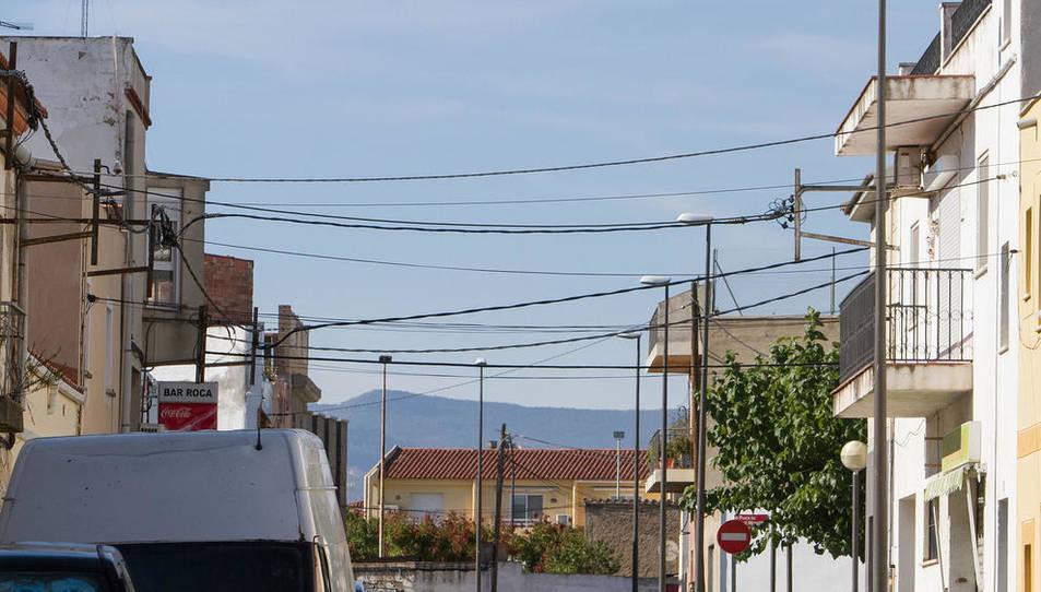 Cablejat elèctric en un carrer del barri Montserrat.