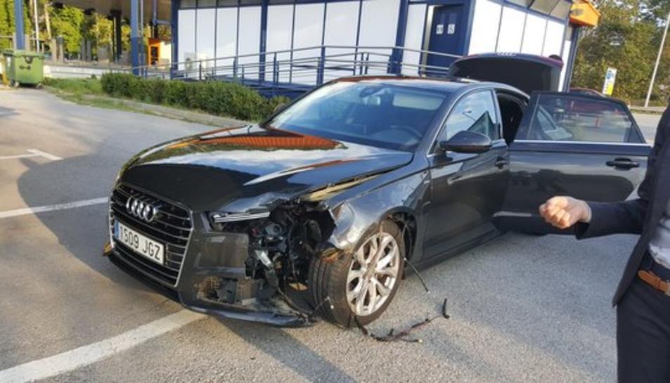 Imatge de com ha quedat la part frontal del cotxe oficial del president de la Generalitat després de rebre l'impacte d'una roda de camió.