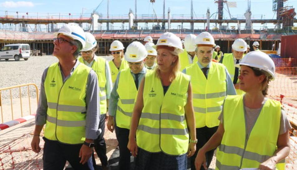 La consellera de la Presidència, Neus Munté, visitant l'interior del futur Palau d'Esports de Tarragona 2017 amb l'alcalde Josep Fèlix Ballesteros i altres autoritats.