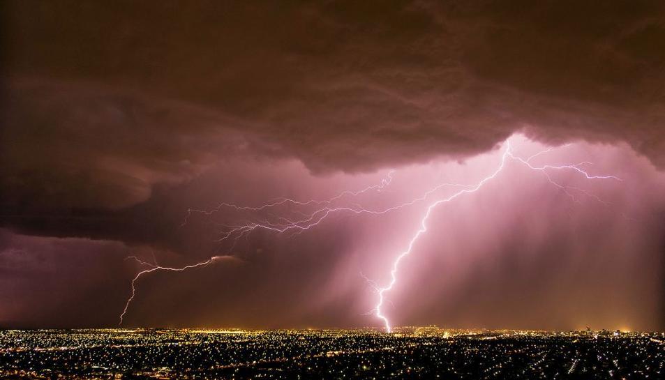 Un llamp caient sobre una ciutat.