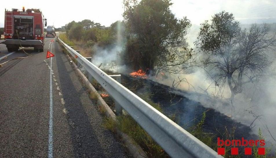 Un incendi en una roda de camió provoca un incendi de vegetació