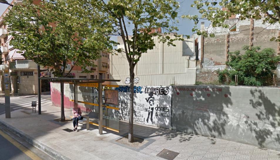 L'autobús ha xocat amb la marquesina de la parada que hi ha a la Riera de Miró amb el carrer Don Bosco.