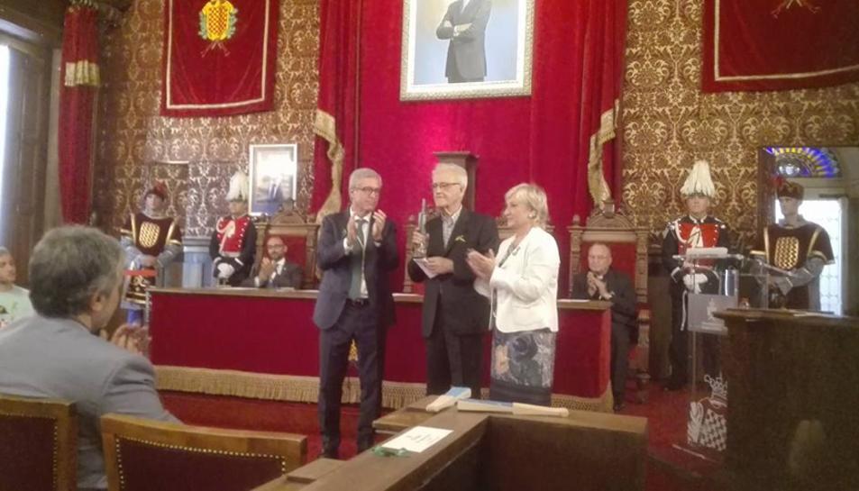Francesc Xammar va recollir el premi en un acte celebrat a la sala de plens de l'Ajuntament.